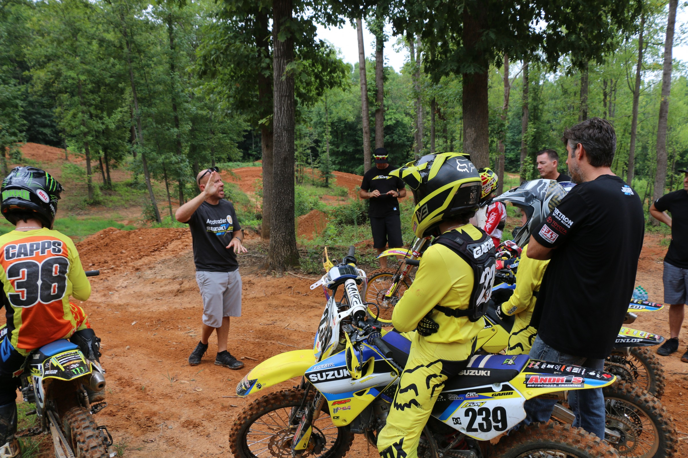 Budman coaches while Suzuki's Chris Wheeler and JGRMX's Jeremy Albrecht look on.